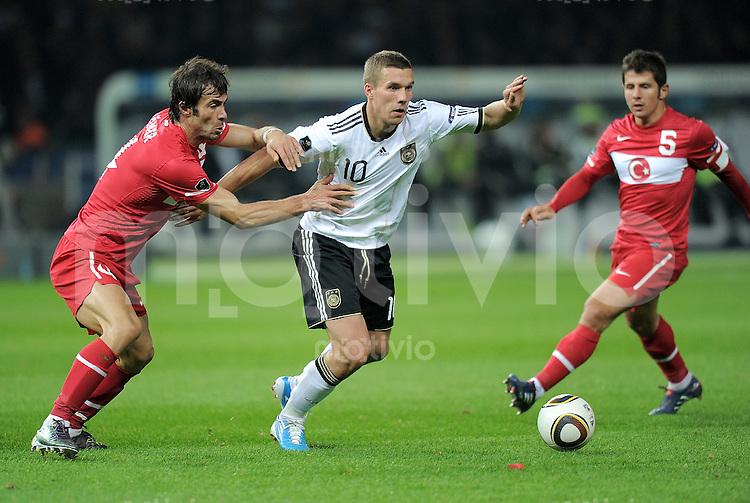 FUSSBALL INTERNATIONAL  EM 2012 - Qualifikation  SAISON 2010/2011    Deutschland - Tuerkei      08.10.2010 Oemer Erdogan (li, Tuerkei) gegen Lukas PODOLSKI (re, Deutschland)