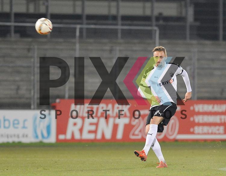 Sandhausens Florian Huebner (Nr.17) am Ball beim Spiel in der 2. Bundesliga des SV Sandhausen - SpVgg Greuther Fuerth.<br /> <br /> Foto &copy; PIX-Sportfotos *** Foto ist honorarpflichtig! *** Auf Anfrage in hoeherer Qualitaet/Aufloesung. Belegexemplar erbeten. Veroeffentlichung ausschliesslich fuer journalistisch-publizistische Zwecke. For editorial use only.