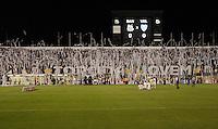 SANTOS,SP,24 MAIO 2012 - COPA SANTANDER LIBERTADORES - SANTOS x VELEZ SARSFIELD - Torcida do Santos  antes  partida Santos X Velz Sarsfield válido pelas oitavas de final  da Copa Santander Libertadores no Estádio Urbano Caldeira (Vila Belmiro), no litoral sul de São Paulo na noite desta quinta feira (24). (FOTO: ALE VIANNA -BRAZIL PHOTO PRESS).