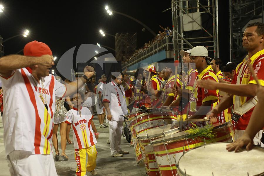 SAO PAULO, SP, 12 DE FEVEREIRO 2012 - ENSAIO TOM MAIOR - Ensaio técnico da Escola de Samba Tom Maior na preparação para o Carnaval 2012. O ensaio foi realizado na noite deste domingo (12/02) no Sambódromo do Anhembi, zona norte da cidade. (FOTO: RICARDO LOU - NEWS FREE).