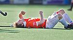 BLOEMENDAAL - Roel Bovendeert van Bl'daal raakt geblesseerd ijdens de hoofdklasse hockeywedstrijd tussen Bloemendaal en Amsterdam (2-2). FOTO KOEN SUYK
