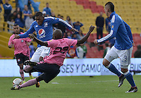 BOGOTA - COLOMBIA -09 -04-2016: Elkin Blanco (Izq) jugador de Millonarios disputa el balón con Deiner Cordoba (Der) jugador de Boyacá Chicó FC durante partido por la fecha 12 de la Liga Águila I 2016 jugado en el estadio Nemesio Camacho El Campín de la ciudad de Bogotá./ Elkin Blanco (L) player of Millonarios fights for the ball with Deiner Cordoba (R) player of Boyaca Chico FC during the match for the date 12 of the Aguila League I 2016 played at Nemesio Camacho El Campin stadium in Bogota city. Photo: VizzorImage / Gabriel Aponte / Staff.