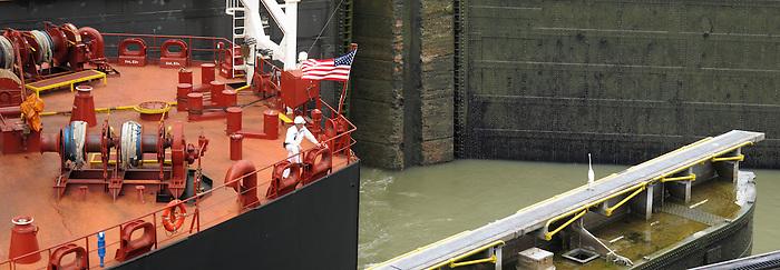 Memorias / Buque Overseas Anacortes cruzando el Canal de Panamá, Panamá. <br /> <br /> Memories / Overseas Anacortes vessel crossing the Panama Canal, Panama.<br /> <br /> Panorámica de 2 fotografías / Panoramic image of 2 photographs.<br /> <br /> Edición de 25 | Víctor Santamaría.