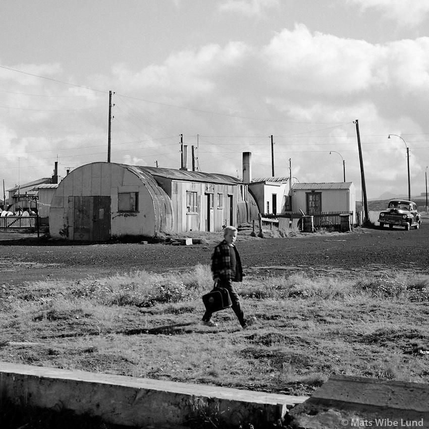 &Aacute; lei&eth; heim &uacute;r sk&oacute;la &aacute; Gr&iacute;msta&eth;arholti, 1960<br /> <br /> Gr&iacute;mssta&eth;aholt, Reykjav&iacute;k: going home from school, 1960