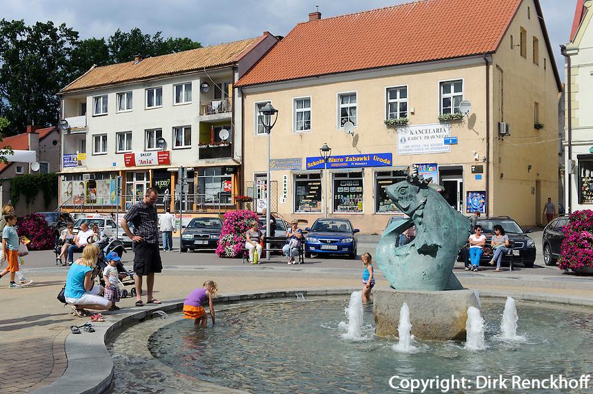 Fischbrunnen am Hauptplatz in Mikolajki (Nikolaiken), Woiwodschaft Ermland-Masuren (Wojew&oacute;dztwo warmińsko-mazurskie), Polen, Europa<br /> Fish-Fountain in  Mikolajki, Masuria, Poland, Europe