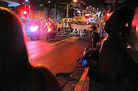 """CAMPINAS, SP, 21.03.2016 - PROTESTO-SP – Um grupo de 85 manifestantes do MBL, se reuniram no início da noite (21), na Rua Benjamin Constant em frente ao Centro de Convivência de Campinas de onde seguiram até a Avenida Francisco Glicério, onde estavam 10 intervencionistas. Todos protestavam pela saída da Presidente Dilma e cantava """"Fora Dilma"""" e distribuía adesivos, nesta segunda-feira, 21. (Foto: Daniel Pinto/Brazil Photo Press)"""