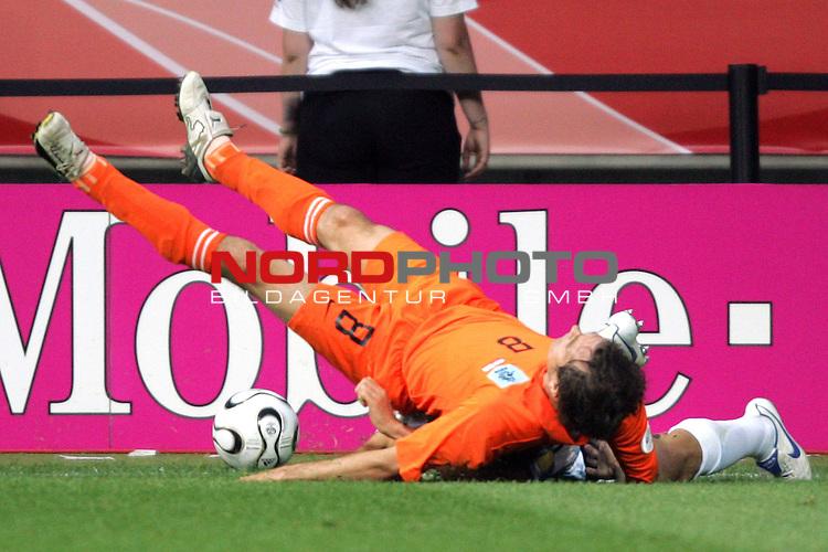 FIFA WM 2006 -  Gruppe C Vorrunde ( Group C )<br /> Play     #37 (21-Jun) - Niederland ( Holland ) - Argentinien<br /> <br /> Phillip Cocu von den Niederlanden beim Zweikampf an der Werbebande in Schr&auml;glage.<br /> <br /> Foto &copy; nordphoto