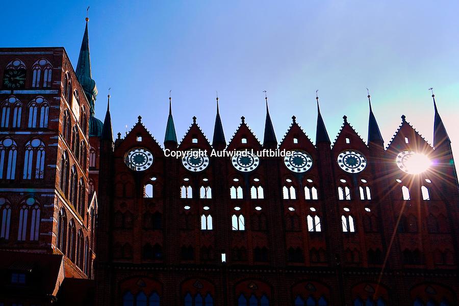 Stralsund Rathausfassade: DEUTSCHLAND, MECKLENBURG-VORPOMMERN, SCHWERIN, (GERMANY, MECKLENBURG POMERANIA), 04.10.2014: Stralsund Rathausfassade ein Beispiel fuer Backsteingotik