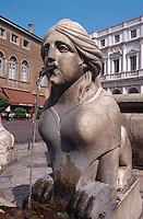 Italien, Lombardei, Brunnen an der Piazza Vecchia in Bergamo