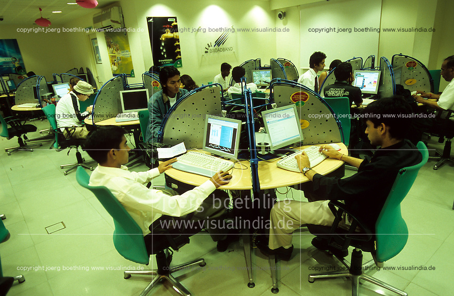 "Asien Indien IND Metropole Megacity Bangalore .Jugendliche im Reliance webworld cybercafe in der Brigade road im Zentrum -  Internet surfen computer e-mail Menschen Freizeit urban urbane Welten Urbanit?t Mittelschicht Mittelklasse Konsum konsumieren junge Menschen Kommunikation Medien xagndaz | .Asia India Bangalore .reliance webworld in modern shopping mall in Brigade ROAD - internet cybercafe computer communication people middle-class consume consumer modern urban .| [ copyright (c) Joerg Boethling / agenda , Veroeffentlichung nur gegen Honorar und Belegexemplar an / publication only with royalties and copy to:  agenda PG   Rothestr. 66   Germany D-22765 Hamburg   ph. ++49 40 391 907 14   e-mail: boethling@agenda-fototext.de   www.agenda-fototext.de   Bank: Hamburger Sparkasse  BLZ 200 505 50  Kto. 1281 120 178   IBAN: DE96 2005 0550 1281 1201 78   BIC: ""HASPDEHH"" ,  WEITERE MOTIVE ZU DIESEM THEMA SIND VORHANDEN!! MORE PICTURES ON THIS SUBJECT AVAILABLE!! INDIA PHOTO Archive: http://www.visualindia.net ] [#0,26,121#]"