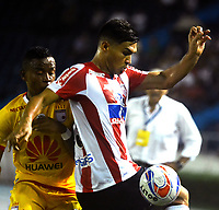 BARRANQUIILLA - COLOMBIA, 21-10-2017: Teofilo Gutierrez (Der) del Atlético Junior disputa el balón con John Pajoy (Izq) jugador de Independiente Santa Fe durante partido por la fecha 16 de la Liga Águila II 2017 jugado en el estadio Metropolitano Roberto Meléndez de la ciudad de Barranquilla. / Teofilo Gutierrez (R) player of Atletico Junior struggles the ball with John Pajoy (L) player of Independiente Santa Fe during match for the date 16 of the Aguila League II 2017 played at Metropolitano Roberto Melendez stadium in Barranquilla city.  Photo: VizzorImage/ Alfonso Cervantes / Cont