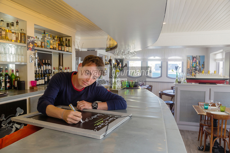 France, Morbihan (56), La Trinité-sur-Mer, Erwan Duval, dans son restaurant: Le Surcouf // France, Morbihan, La Trinité-sur-Mer, Erwan Duval, restaurant: Le Surcouf [Non destiné à un usage publicitaire - Not intended for an advertising use]