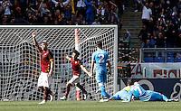 Calcio, Serie A: Roma vs Napoli. Roma, stadio Olimpico, 25 aprile 2016.<br /> Roma&rsquo;s Radja Nainggolan, left, celebrates after scoring the winning goal during the Italian Serie A football match between Roma and Napoli at Rome's Olympic stadium, 25 April 2016. Roma won 1-0.<br /> UPDATE IMAGES PRESS/Isabella Bonotto