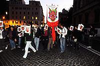 """Roma, 11 Novembre 2011.Via XX Settembre.i """"draghi ribelli"""" vicino al ministero del Tesoro e economia manifestano contro le banche e la crisi in corteo"""