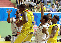 BUCARAMANGA -COLOMBIA, 31-05-2013. Gilbert Lawrence  (C) de Búcaros disputa el balón con Fuentes G (I) y Edgar Arteaga (D) de Piratas durante el juego 4 de los PlayOffs de la  Liga DirecTV de baloncesto Profesional de Colombia realizado en el Coliseo Vicente Díaz Romero de Bucaramanga./  Gilbert Lawrence (C) of Bucaros fights for the ball with Piratas player Edgar Arteaga (R) and Fuentes G (L) during the PlayOffs game 4 of  DirecTV professional basketball League in Colombia at Vicente Diaz Romero coliseum in Bucaramanga.  Photo: VizzorImage / Jaime Moreno / STR