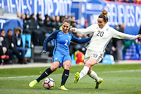 HARRISON, NJ, 04.03.2017 - FRANÇA-ALEMANHA - Eve Perisset da França disputa bola com Lina Magull Alemanha em  jogo valido pela segunda rodada da SheBelieves Cup no Red Bull Arena na cidade de Harrison nos Estados Unidos neste sábado , 04. (Foto: William Volcov/Brazil Photo Press)