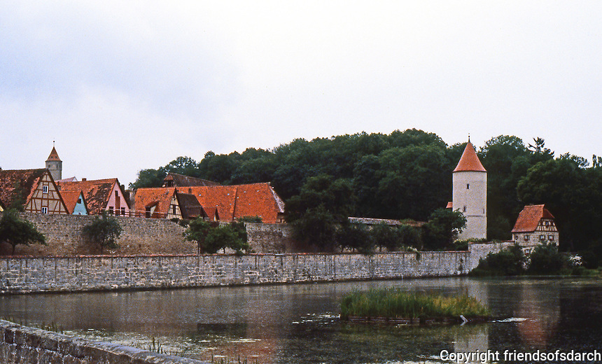 Dinkelsbuhl: City wall, river.
