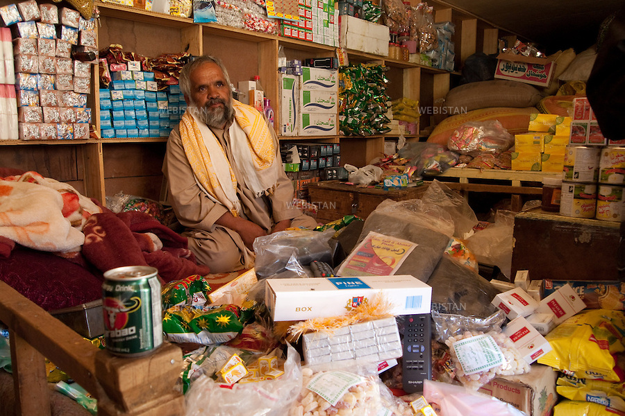 AFGHANISTAN - VALLEE DU PANJSHIR - village de Poshghour - 11 aout 2009 : epicerie. ..AFGHANISTAN - PANJSHIR VALLEY - Town of Poshghour - August 11th, 2009 : Grocery store.