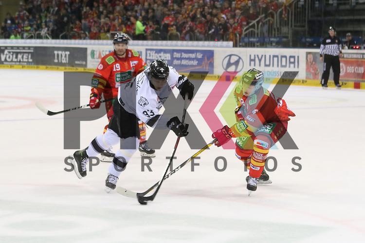 Nuernbergs Leonhard Pfoederl (Nr.93) schiesst aufs Tor, Duesseldorfs Marcel Brandt (Nr.92) kommt zu spaet beim Spiel in der DEL Duesseldorfer EG (rot) - Nuernberg Ice Tigers (weiss).<br /> <br /> Foto &copy; PIX-Sportfotos *** Foto ist honorarpflichtig! *** Auf Anfrage in hoeherer Qualitaet/Aufloesung. Belegexemplar erbeten. Veroeffentlichung ausschliesslich fuer journalistisch-publizistische Zwecke. For editorial use only.