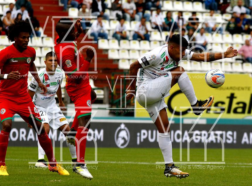 MANIZALES - COLOMBIA - 18 - 11 - 2017: Julian Guilermo Rojas (Der.) jugador de Once Caldas, disputan el balón con Luis Caicedo (Izq.) jugador de Cortulua, durante partido entre Once Caldas y Cortulua, de la fecha 20 por la Liga Aguila II 2017  en el estadio Palogrande en la ciudad de Manizales. / Julian Guilermo Rojas (R) player of Once Caldas, figth the ball with Luis Caicedo (L) player of Cortulua, during a match between Once Caldas and Cortulua, of the date 20th for the Liga de Aguila II 2017 at the Palogrande stadium in Manizales city. Photo: VizzorImage  / Santiago Osorio / Cont.