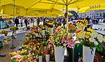 Kwiaciarki na krakowskim rynku, Polska<br /> Florists on the Main Market Square in Cracow, Poland