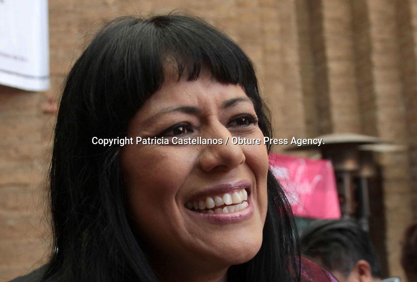 Oaxaca de Ju&aacute;rez. 22 de enero de 2014.- Este mi&eacute;rcoles se llev&oacute; a cabo la conferencia de prensa del comit&eacute; que representa el fondo de becas &ldquo;Guadalupe Musalem&rdquo;, mismo que dio a conocer la puesta en marcha de la campa&ntilde;a &ldquo;Tu donativo cambia su vida&rdquo;, la cual tiene el objetivo de recaudar peculios para apoyar a mujeres ind&iacute;genas de escasos recursos que desean continuar con sus estudios.<br /> <br /> En este contexto, la cantante oaxaque&ntilde;a Lila Downs quien a&ntilde;o con a&ntilde;o apoya esta causa, estuvo presente durante esta rueda de prensa, en donde manifest&oacute; que es importante ayudar a j&oacute;venes mujeres de origen ind&iacute;gena, quienes tienen el talento y la vocaci&oacute;n para poder continuar prepar&aacute;ndose de una forma integral, por lo que exhorto a la ciudadan&iacute;a a cooperar con esta noble causa.&nbsp;<br /> <br /> Cabe destacar que durante esta charla con medios, se destac&oacute; que se pretende recolectar por lo menos 1 mill&oacute;n y medio de pesos, lo anterior a finalidad de incrementar el n&uacute;mero de f&eacute;minas que pudieran ser beneficiadas con este programa impulsado por Margarita Dalt&oacute;n Palomo y otros miembros.<br /> <br /> <br /> <br /> Foto: Patricia Castellanos / Obture Press Agency.