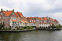 Huizen aan de haven van Enkhuizen