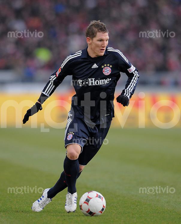 Fussball  1. Bundesliga  Saison 2008/2009   13.12.2008  17. Spieltag VfB Stuttgart - FC Bayern Muenchen Bastian Schweinsteiger (Bayern) am Ball