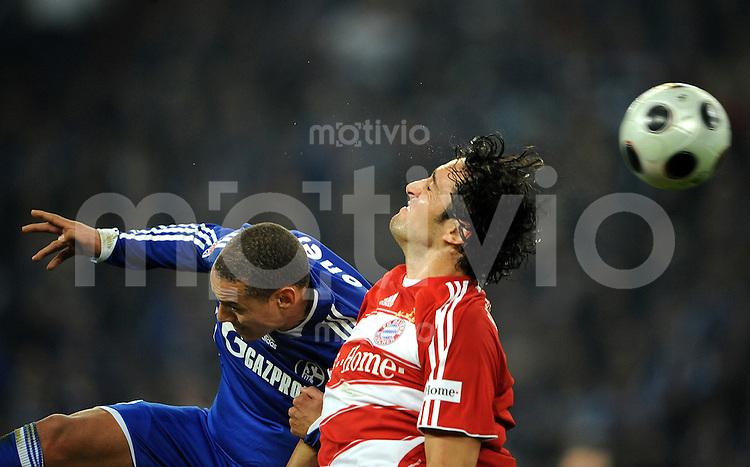 FUSSBALL   1. BUNDESLIGA   SAISON 2008/2009   12. SPIELTAG FC Schalke 04 - FC Bayern Muenchen         09.11.2008 Jermaine JONES (li, Schalke) gegen Luca TONI (re, Bayern)