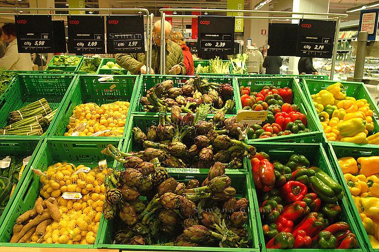 Roma, .Supermercato Coop Laurentino.Verdure, carciofi peperoni.Rome.Supermarket Coop Laurentino.Vegetables, artichokes, peppers