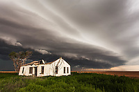 Shelf cloud from a severe thunderstorm behind an abandoned house in Levelland, TX
