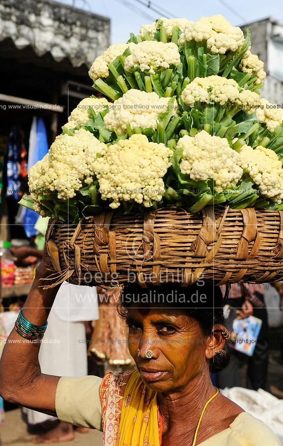 INDIA Orissa, Raygada, tribal woman carry cauliflower to the market / INDIEN Orissa Raygada, Bauer traegt Blumenkohl zum Verkauf auf dem Markt