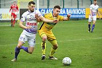 RC HARELBEKE - SCT MENEN :<br /> stevig duel tussen Maxime Cottignie (R) en Laurens Vandenheede (L)<br /> <br /> Foto VDB / Bart Vandenbroucke