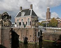 Zaandam. De oude sluis met sluishuisje in de Zaan