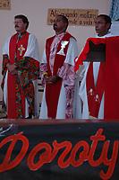 Padre Amaro, (primeiro plano)<br /> <br /> Assassinato irmã Dorothy Stang<br /> O corpo da missionária americana Dorothy Stang, da congregação irmãs de Notre Dame, 73 anos, é velado em Altamira antes de seguir para Anapú, local onde será enterrado. <br /> Irmã Dorothy foi assassinada brutalmente as 7: 30 da manhã do (12/02/2005) quando saia de uma casa no assentamento feito pelo Incra conhecido como PDS Esperança. Conforme os levantamentos preliminares a religiosa foi morta com 9 tiros , dois dos quais na cabeça.<br /> Altamira, Pará, Brasil<br /> 14/02/2005<br /> Foto Paulo Santos