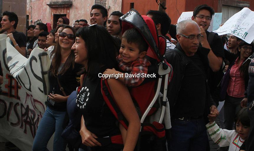 Quer&eacute;taro, Qro. 20 de noviembre de 2014.- Estudiantes, activistas, profesores, m&uacute;sicos, actores abogados, egresados de universidades y hasta pol&iacute;ticos, participaron en la mega marcha nacional convocada para solidarizarse con los normalistas desaparecidos en Ayotzinapa, Guerrero el 26 de septiembre pasado.<br /> <br /> Al menos unas 2,500 personas marcharon desde el monumento a la bandera y el monumento al maestro para converger en la Plaza de Armas de la capital del estado; en donde realizaron un par de actos culturales los estudiantes de Bellas Artes de la UAQ y emitieron posturas los familiares de los desaparecidos en Quer&eacute;taro. Que de acuerdo a la asociaci&oacute;n civil Desparecidos Justicia, suman m&aacute;s de 200 personas.<br /> <br /> Foto: David Steck Obture