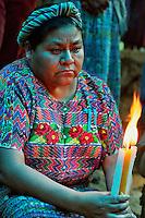 SAN MARTIN JILOTEPEQUE / CHIMALTENANGO / GUATEMALA - 2004.RIGOBERTA MENCHU'  RENDE OMAGGIO ALLE VITTIME DI UN MASSACRO PERPETRATO DAGLI SQUADRONI DELLA MORTE DURANTE GLI ANNI DELLA DITTATURA MILITARE..FOTO LIVIO SENIGALLIESI
