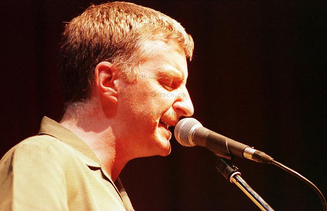 Nach zehn Jahren Pause wurde das ehemalige DDR-Festival des Politischen Liedes wiederbelebt. 1970 wurde das Festival in der DDR von Kulturschaffenden ins Leben gerufen, es hatte zum Schluss der DDR Kultstatus, zu dem ueber die Jahre hunderte an Kuenstlern aus West und Ost kamen.<br /> Hier: Der englische Liedermacher aus dem Londoner Arbeiterviertel East-End, Billy Bragg spielt in der Berliner Volksbuehne. Bragg trat bereits 1986 und 1989 in der DDR auf.<br /> 25.2.2000<br /> Copyright: Christian-Ditsch.de<br /> [Inhaltsveraendernde Manipulation des Fotos nur nach ausdruecklicher Genehmigung des Fotografen. Vereinbarungen ueber Abtretung von Persoenlichkeitsrechten/Model Release der abgebildeten Person/Personen liegen nicht vor. NO MODEL RELEASE! Nur fuer Redaktionelle Zwecke. Don't publish without copyright Christian-Ditsch.de, Veroeffentlichung nur mit Fotografennennung, sowie gegen Honorar, MwSt. und Beleg. Konto: I N G - D i B a, IBAN DE58500105175400192269, BIC INGDDEFFXXX, Kontakt: post@christian-ditsch.de<br /> Bei der Bearbeitung der Dateiinformationen darf die Urheberkennzeichnung in den EXIF- und  IPTC-Daten nicht entfernt werden, diese sind in digitalen Medien nach &sect;95c UrhG rechtlich gesch&uuml;tzt. Der Urhebervermerk wird gemaess &sect;13 UrhG verlangt.]