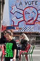 Europe/France/Ile de France/75011/Paris: Scènes de vie urbaine devant Le MUR au 109 Rue Oberkampf, panneau d'expression artistique [Non destiné à un usage publicitaire - Not intended for an advertising use]