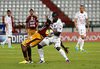 MANIZALES -COLOMBIA, 10-08-2013. Mauricio Casierra (D) de Once Caldas disputa el balón con Mauricio Mendoza (I) del Tolima durante partido válido por la fecha 3 de la Liga Postobón II 2013 jugado en el estadio Palogrande de la ciudad de Manizales / Once Caldas' Player Mauricio Casierra (R) fights for the ball with Tolima  player Mauricio Mendoza  (L) during match valid for the third date of the Postobon  League II 2013 at Palogrande stadium in Manizales city. Photo: VizzorImage/Yonboni/STR