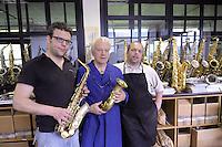 - la prestigiosa fabbrica artigianale di sassofoni Ramponi & Cazzani a Quarna di Sotto (Verbania), fondata nel 1875 e gestita attualmente dalla famiglia Zolla. Roberto Zolla (al centro) coi figli Simone (a sinistra) e Claudio....- the prestigious factory of handmade saxophones Ramponi & Cazzani in Quarna di Sotto (Verbania), founded in 1875 and currently managed by the Zolla family. Roberto Zolla (center) with sons Simone (left) and Claudio......