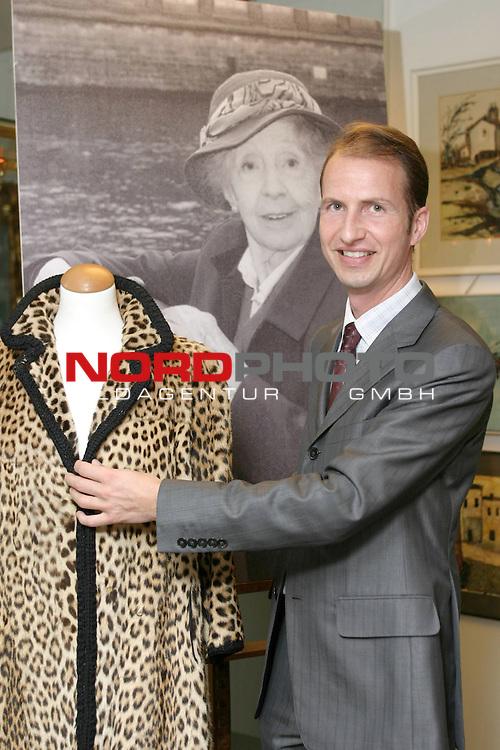 Versteigerung des Nachlass von Inge Meysel<br /> <br /> Lars Koch (35), Inhaber des  Auktionshaus Schopmann in Hamburg, mit Leopardenfellmantel. Den Mantel trug die Meysel 1971 zur Bambi-Verleihung. Mantel wird mit 120 Euro aufgerufen.<br /> Foto &copy; nordphoto / Volker Sarbach<br />  *** Local Caption *** Foto ist honorarpflichtig! zzgl. gesetzl. MwSt.<br />  Belegexemplar erforderlich<br /> Adresse: nordphoto<br /> Georg-Reinke-Strasse 1<br /> 49377 Vechta