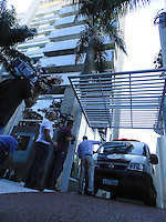 SÃO PAULO - SP - 06 DE MARÇO 2013. MORTE CHORÃO - Policiais do IML deixam o prédio de Chorão, vocalista e líder da banda de rock santista, Charlie Brown Jr, onde o músico foi encontrado morto nesta madrugada, 6, em Pinheiros, na zona oeste de São Paulo. FOTO: MAURICIO CAMARGO / BRAZIL PHOTO PRESS.