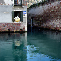 Venezia: una finestra affacciata su un canale..Venice: a window overlooking a canal