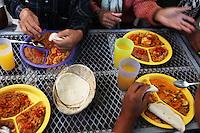 Nogales Confine Arizona Messico  Pranzo nel centro di prima accoglienza dei migranti respinti. particolari di mani e piatti con cibo messicano<br /> Nogales Arizona Mexico Border Lunch in the reception center for migrants rejected . details of hands and dishes with Mexican food