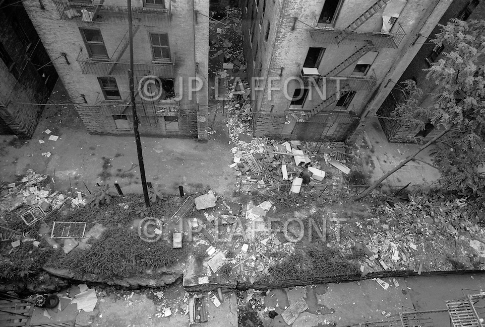 Bronx, New York City, NY -  Summer of 1966<br /> Bronx residents volunteer with the removal of trash from their neighborhoods. Children of all ages pitched in to help and play in the rubble.  The Bronx has become the symbol of America&rsquo;s decline.<br /> Bronx, New York City, NY. Et&eacute; 1966.<br /> Le d&eacute;partement des ordures a lanc&eacute; une campagne d&rsquo;un weekend, appelant les habitants &agrave; nettoyer leurs cours et les all&eacute;es. Les enfants en profitent pour jouer &agrave; la chasse au tr&eacute;sor. Le Bronx est le symbole du d&eacute;clin de l&rsquo;Am&eacute;rique.