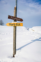 Deutschland, Oberbayern, Chiemgau, zwischen Siegsdorf und Ruhpolding: Winterlandschaft, Wanderwegweiser | Germany, Upper Bavaria, Chiemgau, between Ruhpolding and Siegsdorf: winter scenery, hiking signpost
