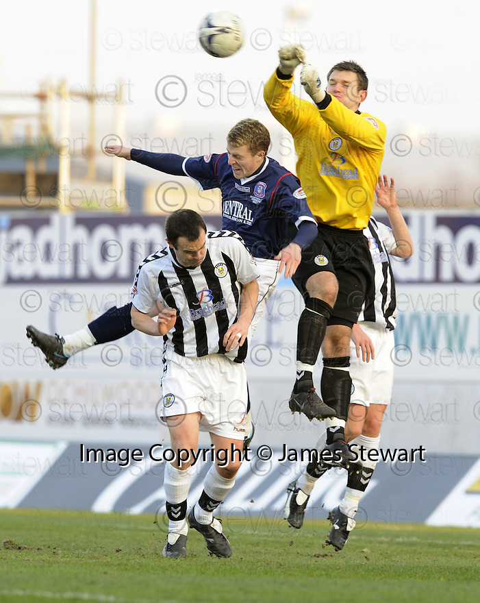 17/02/2008    Copyright Pic: James Stewart.File Name : sct_jspa21_falkirk_v_st_mirren.ST MIRREN KEEPER MARK HOWARD PUNCHES CLEAR BUT THE BALL ONLY GOES AS FAR AS PATRICK CREGG WHO KNOCKED IT BACK INTO THE NET FOR FALKIRK'S FOURTH.James Stewart Photo Agency 19 Carronlea Drive, Falkirk. FK2 8DN      Vat Reg No. 607 6932 25.Studio      : +44 (0)1324 611191 .Mobile      : +44 (0)7721 416997.E-mail  :  jim@jspa.co.uk.If you require further information then contact Jim Stewart on any of the numbers above........