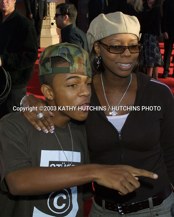 ©2003 KATHY HUTCHINS / HUTCHINS PHOTO.AMERICAN MUSIC AWARDS .LOS ANGELES, CA.NOVEMBER 16, 2003..BOW WOW.MOM