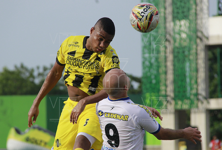 BARRANCABERMEJA -COLOMBIA, 23-08-2015.  David Valencia Figueroa (Der) jugador de Alianza Petrolera disputa el balón con Edwards Y. Jimenez (Izq) de Deportivo Pasto durante encuentro  por la fecha 8 de la Liga Aguila II 2015 disputado en el estadio Daniel Villa Zapata de la ciudad de Barrancabermeja./ David Valencia Figueroa (R) player of Alianza Petrolera fights for the ball with Edwards Y. Jimenez (L) player of Deportivo Pasto during match for the 8th date of the Aguila League II 2015 played at Daniel Villa Zapata stadium in Barrancebermeja city. Photo:VizzorImage / Jose Martinez / Cont